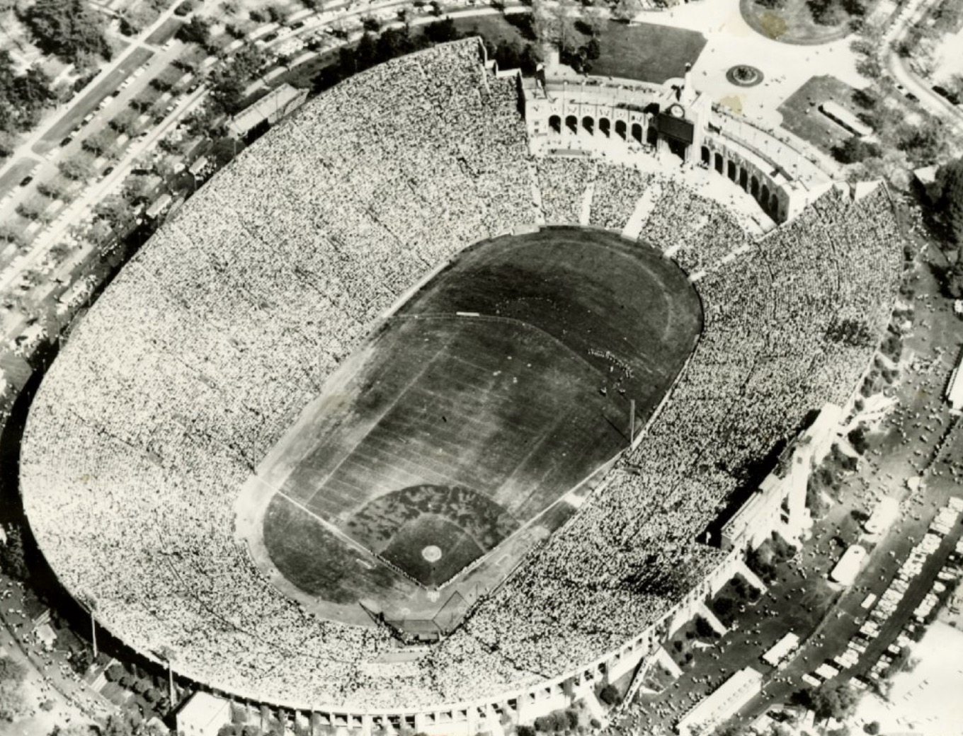 100 moments for 100 years of the Bears: Bears draw 75,000 to Los Angeles Coliseum in 1926
